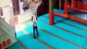 Sırtında çuvalla geldi caminin ses sistemini çaldı