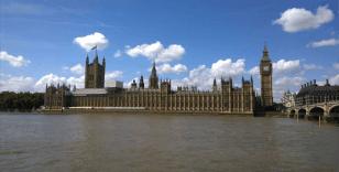İngiliz Parlamentosu önünde kendini yakmak istedi
