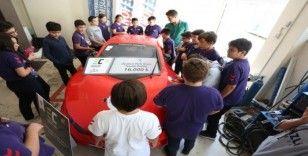 Gençler üniversiteli ağabeylerinin yaptığı elektromobil aracı inceledi