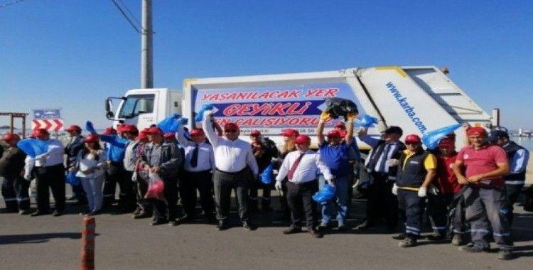 Tatilcilerin bıraktığı çöpleri Belediye Başkanı topladı