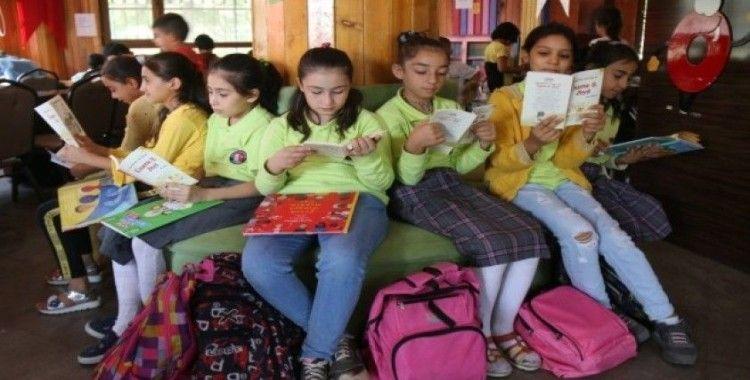 Şanlıurfalı çocuklar kitap okuyor