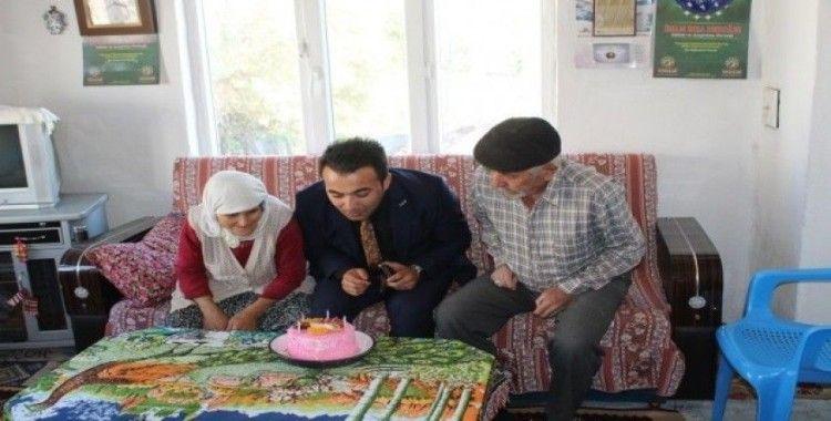 Kaymakam Okatan'dan pastalı 'Yaşlılar Günü' kutlaması