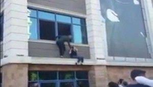 Deprem oldu sanıp camdan atlamaya kalkıştı