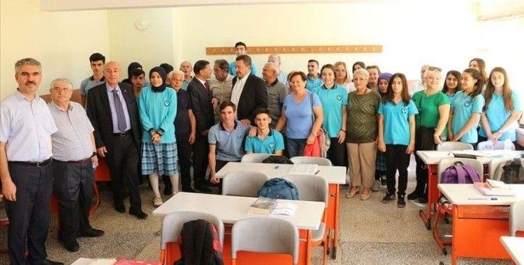 Arkadaşlarıyla 53 yıl sonra aynı sınıfta buluştu