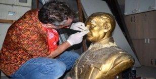 Atatürk büstü ve Deli Ayten heykeli bakımdan geçti