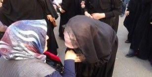 Kur'an Kursu öğrencilerinden HDP önündeki annelere destek ziyareti