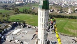 Arnavutköy'de depremde hasar gören caminin minaresi sökülüyor