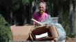 75 yaşındaki Ayşe teyze ekmeğini karton toplayarak kazanıyor
