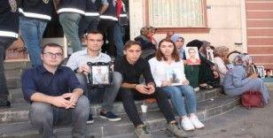 Konya Selçuk Üniversitesi öğrencilerinden HDP önündeki ailelere destek ziyareti
