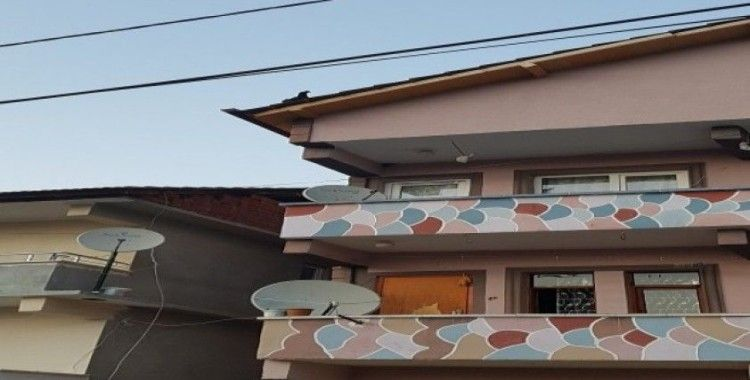 3 katlı evin çatısına çıkan tavuk kuş gibi uçarak yere indi
