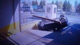 Kadın sürücü fren yerine gaza basınca takla attı