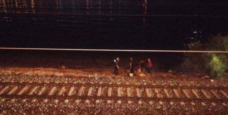 İzmir'de trenin çarptığı vatandaş hayatını kaybetti