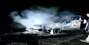 Alev alev yanan otomobilden son anda kurtuldular