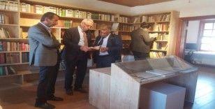 TOSYÖV Başkanı Ataol Behramoğlu Kitaplığını ziyaret etti