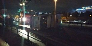 Kamyonet kazada yan yattı, 3 kişi yara almadan kurtuldu