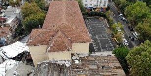 Maltepe'de park halindeki otomobillerin üzerine devrilen okul çatısı havadan görüntülendi