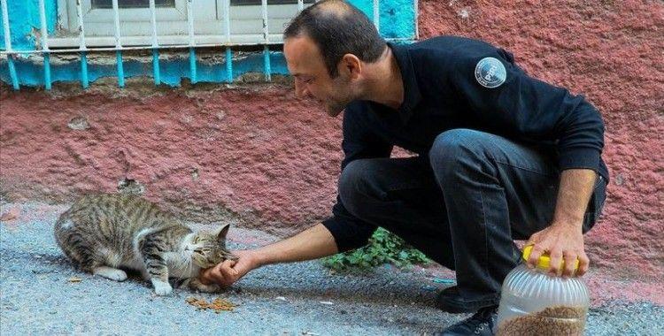 Sokak hayvanlarını doyurmak için motosikletiyle İzmir'i turluyor