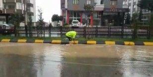 Trafik polisi ayakkabılarını çıkardı, tıkanan mazgalları temizledi