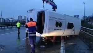 TEM Otoyolu'nda servis midibüs devrildi