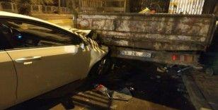 Otomobil park halindeki kamyonette çarptı: 1 yaralı