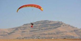 Mardin'in Derik ilçesinde paraşütçüler, şehit kaymakam için havalandı