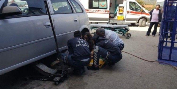 Otomobil altından çıkartıp müdahale ettiler