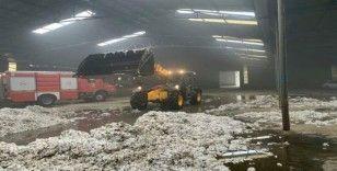 Foça'da pamuk deposu yandı, hasar büyük