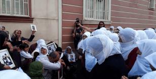 Beyaz tülbentli annelerden HDP önündeki ailelere destek