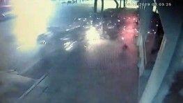 Önce ağaca sonra aydınlatma direğine çarptı feci kaza kamerada
