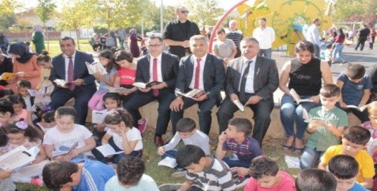 Öğrenciler, protokol ile bir araya gelip parkta kitap okudu