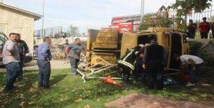 Otomobile çarpan kamyon lunaparkın bahçesine düştü
