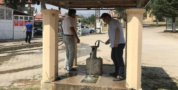 Bu mahalle maden suyunu kuyudan çıkarıyor