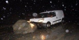 Kastamonu'da yola düşen kaya çarpan aracın sürücüsü yaralandı