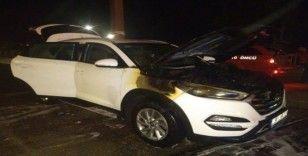 Adana'da seyir halindeki lüks araç alev aldı