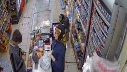 Marketten çikolata ve sigara çalan çocuk hırsız kamerada