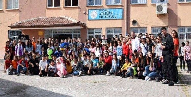 Üniversite öğrencileri Topluma Hizmet ve Uygulamaları dersini köy okulunda yaptı
