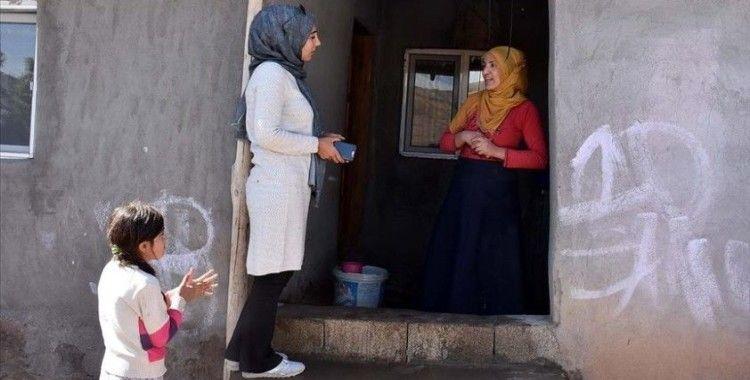 Kız çocuklarının geleceği için kapı kapı dolaşıyorlar