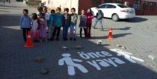 Karlıova'daki okul önlerine 'Önce Yaya' çalışması