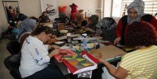 İzmit'ten gelerek Mardinli kadınlara el sanatı öğretiyor