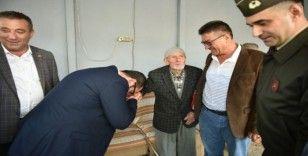 83 yaşında askere gitmeye hazır dedeyi garnizon komutanı ve belediye başkanı ziyaret etti