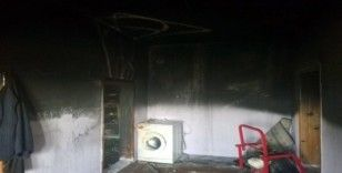 Mutfakta çıkan yangın evi yakıyordu