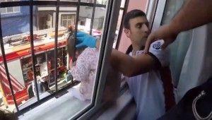 Pencere demirlerine kafası sıkıştı, itfaiye seferber oldu