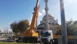 Avcılar'da yarısı yıkılan minarenin söküm çalışması başladı