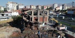 Yeşilyurt'ta riskli binalar yıkılıyor