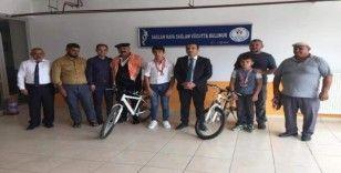 Başarılı minik pehlivanlara bisiklet hediye edildi