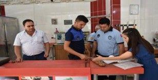 """Tarsus'ta zabıta ve sağlık ekiplerinden """"sucuk"""" denetimi"""