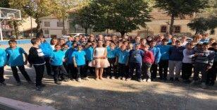 Amerika'dan ödüllü çocuk piyanist köy çocuklarına konser verdi