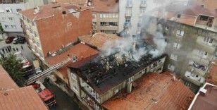 Üsküdar'da korkutan çatı yangını kamerada