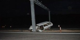 Otomobil direğe çarptı: 2 yaralı