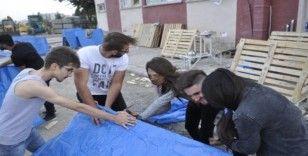 Öğrenciler kış öncesi sokak hayvanları için barınak yaptı